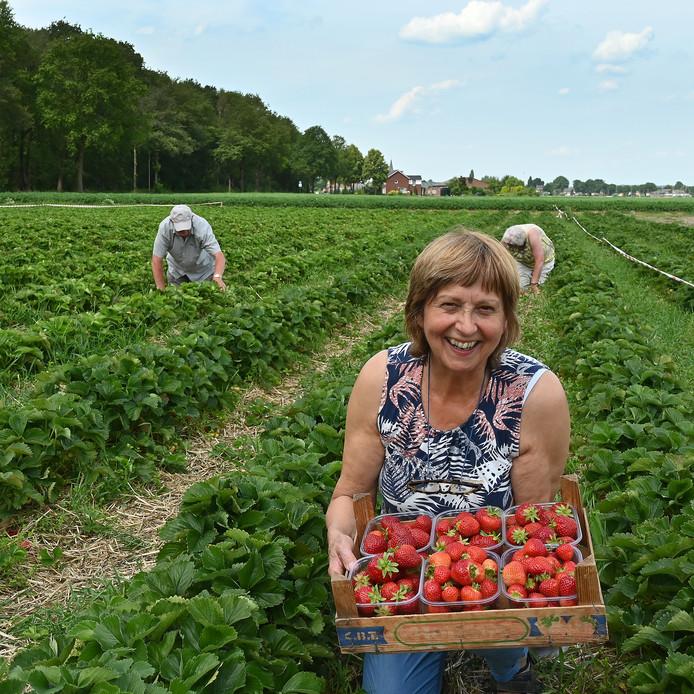Marianne Geurts met de zomervruchten van eigen grond in Ottersum.