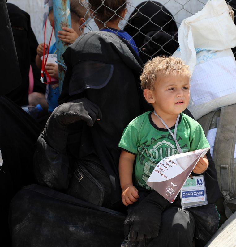 Een vrouw van een IS-strijder met haar kind in een opvangkamp in Syrië.  Beeld EPA