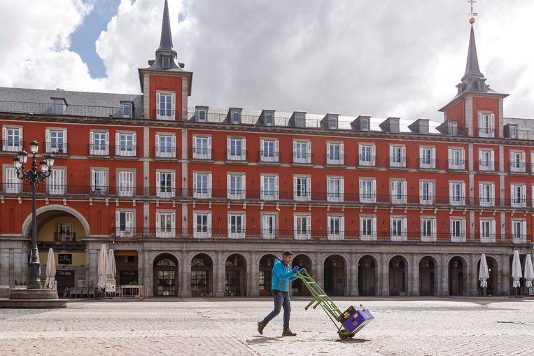 Het lege Plaza Mayor in Madrid.  Beeld Getty Images