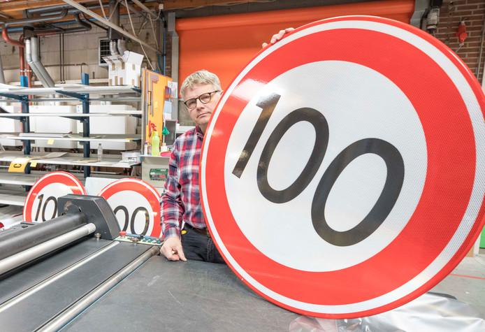 Peter de Haan van Fa. J. Knieriem uit Goes met een van de nieuwe verkeersborden voor de snelheidsverlaging