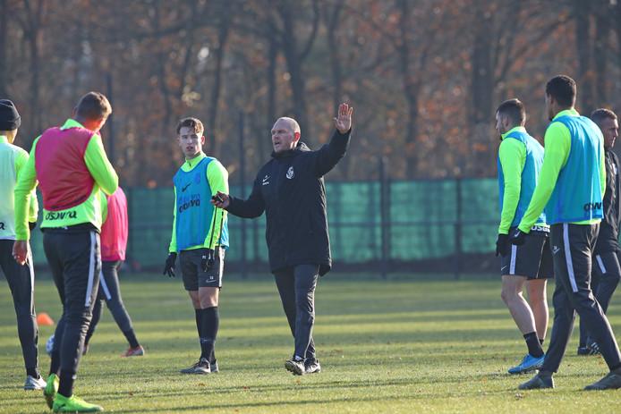 Joseph Oosting doceert op de training van Vitesse. Door de slechte staat van de velden wijkt de selectie de komende tijd uit naar kunstgras.