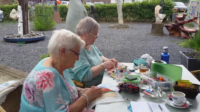Paula van den Oetelaar (links) en Annie van Pinxteren (rechts) demonstreren hun quiltvaardigheden.