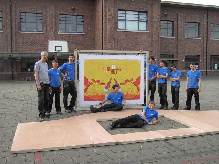 De leerlingen van het derde jaar Houtbewerking van PTS Boom maakten de theaterkast.