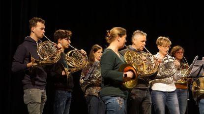 Meer dan 60 muzikanten spelen samen hoorn in Sint-Machariuskerk