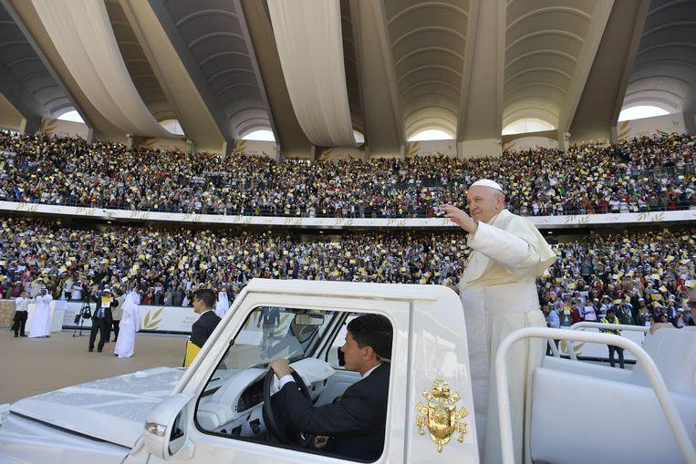 Paus Franciscus bij aankomst in het Zayed Sports City Stadion in Abu Dhabi op 5 februari 2019.  Beeld REUTERS