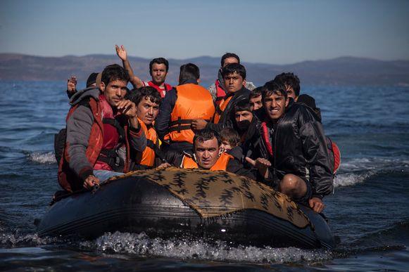 Een bootje met vluchtelingen komt aan op het Griekse eiland Lesbos.