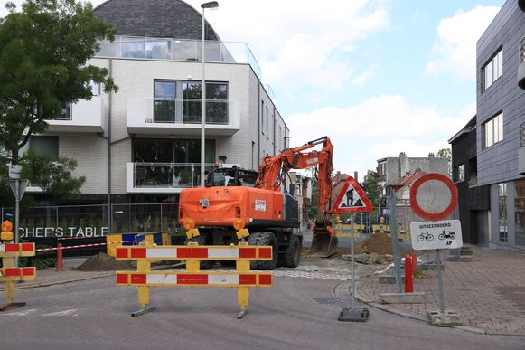Bij Chef's Table aan de overkant van het Kaaiplein is de straat opgebroken voor de aanleg van een verbindingsriolering.