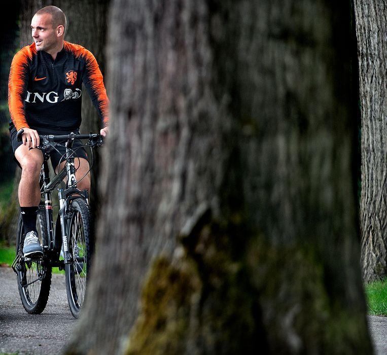 Wesley Sneijder voor de allerlaatste keer op weg naar de training van het Nederlands elftal. Beeld AP
