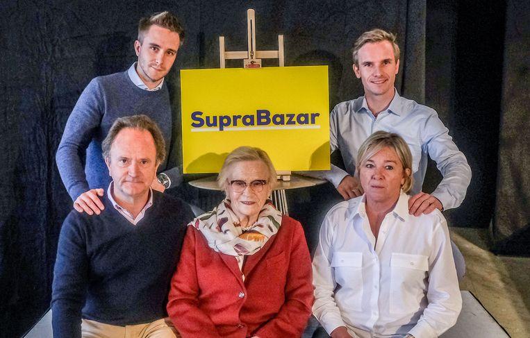 De familie Vanhalst van Supra Bazar: Lowie Vanhalst, Bavo Vanhalst, Geert Vanhalst, Margriet Obin (89) en Mieke  Potteau