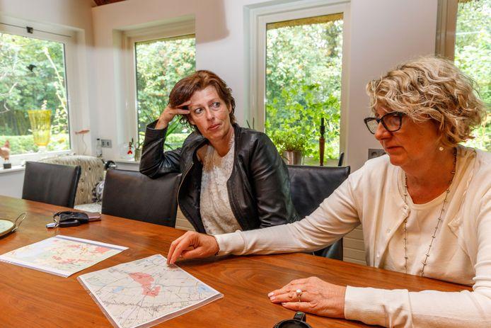 Actievoerders Jeannette van der Velde (links) en Marijke Sterk maken zich zorgen over de gaswinning in en rondom Eesveen.
