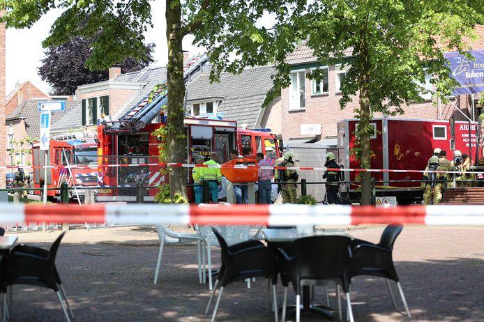Hulpdiensten spoeden zich naar Den Ham, nadat iemand door het dak is gevallen.