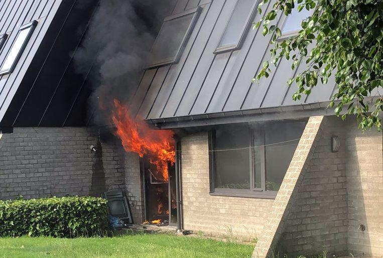 De vlammen sloegen naar buiten