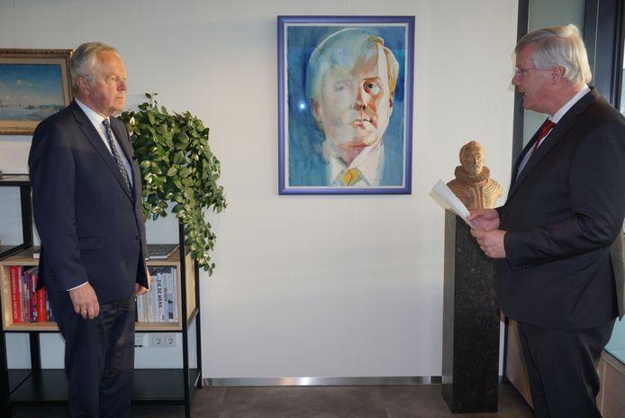 Het provinciehuis in Zwolle vorige week : Commissaris van de Koning Andries Heidema (rechts) installeert Henk Jan Meijer als waarnemend burgemeester van Enschede.