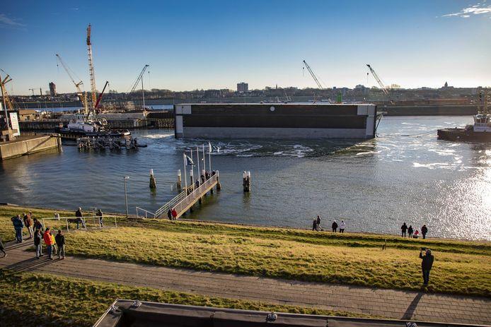 De eerste van de in totaal drie deuren van de nieuwe zeesluis in IJmuiden werd in januari geplaatst. VolkerWessels verloor door verschillende tegenvallers al 111 miljoen euro op het project.