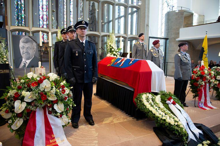Een erewacht van leden van de Duitse politie en strijdkrachten staat naast de kist met het stoffelijk overschot van Walter Lübcke tijdens de herdenkingsdienst, afgelopen donderdag.