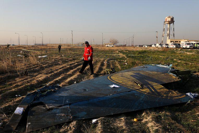 Een reddingswerker op de plek in Teheran waar een Oekraïens vliegtuig neerstortte, begin januari.  Alle 176 inzittenden van de Boeing 737 kwamen om het leven, doordat Iran het toestel bij vergissing uit de lucht schoot. Beeld null