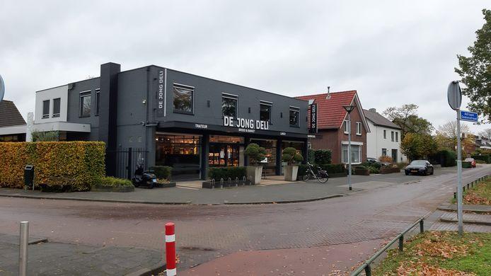 Het pand van bakker Dennis de Jong, waarbij hij de huidige woonlaag op de winkel wil vervangen door twee woonlagen met ruimte voor vier appartement.