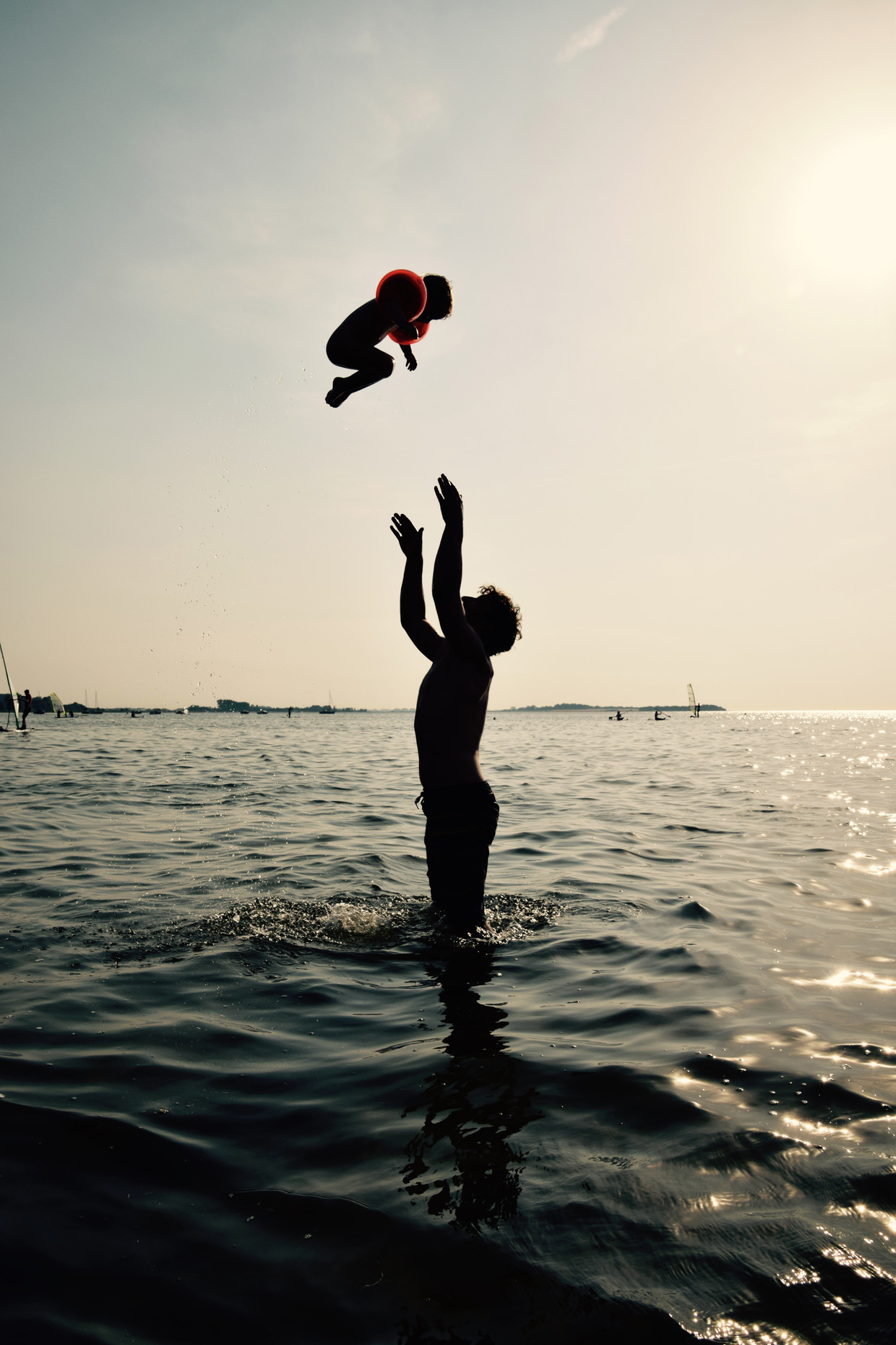 Een vader met zijn kind in de zee.