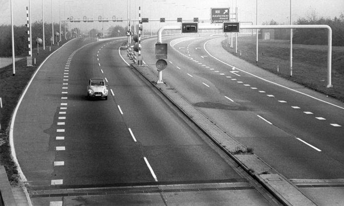 Een enkele auto op de weg in november 1973.