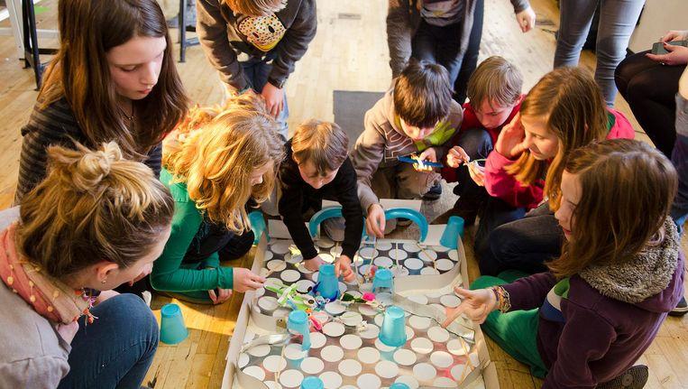 In zogenoemde maakplaatsen maken kinderen kennis met nieuwe technologieën. Beeld Waag Society