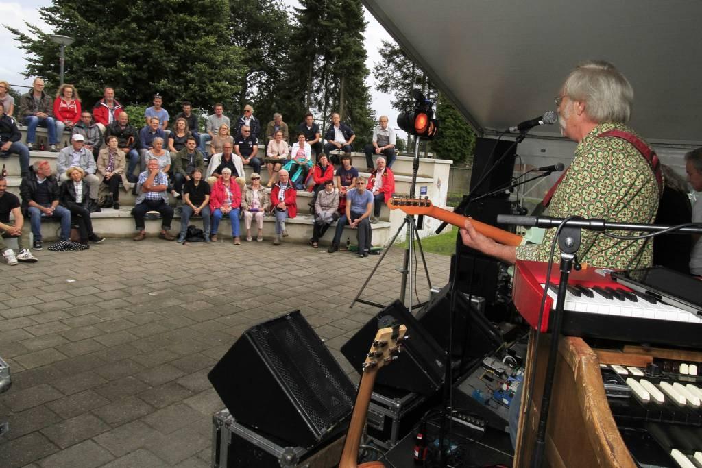 Coverband Lee Shore haalde het Woodstockgevoel naar het openluchttheater van Nispen. foto Gerard van offeren pix4profs