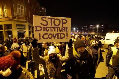 Des centaines de manifestants réunis contre le couvre-feu à Liège