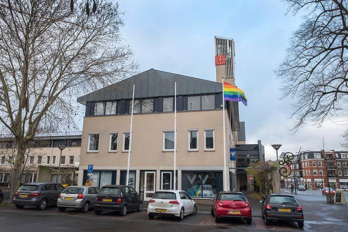 De regenboogvlag wappert ook bij het gemeentehuis van Berg en Dal in Groesbeek.