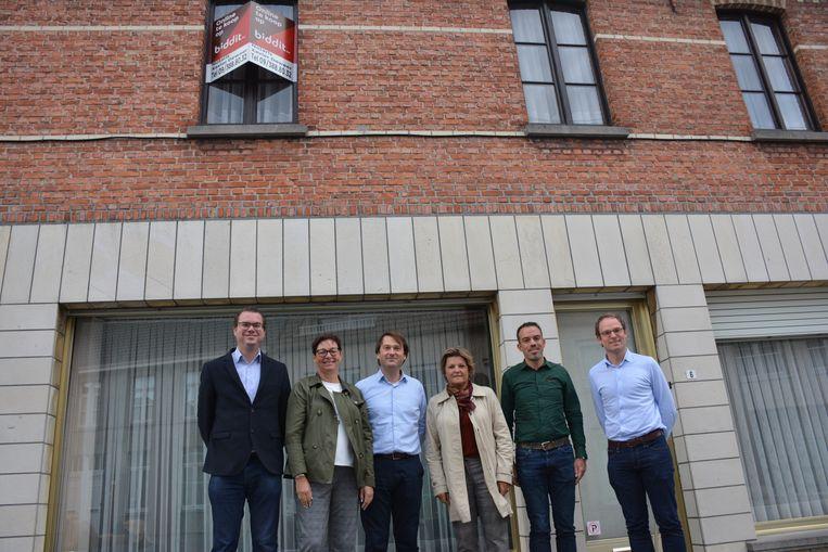 Het gemeentebestuur van Zulte bij de woning in Machelendorp.