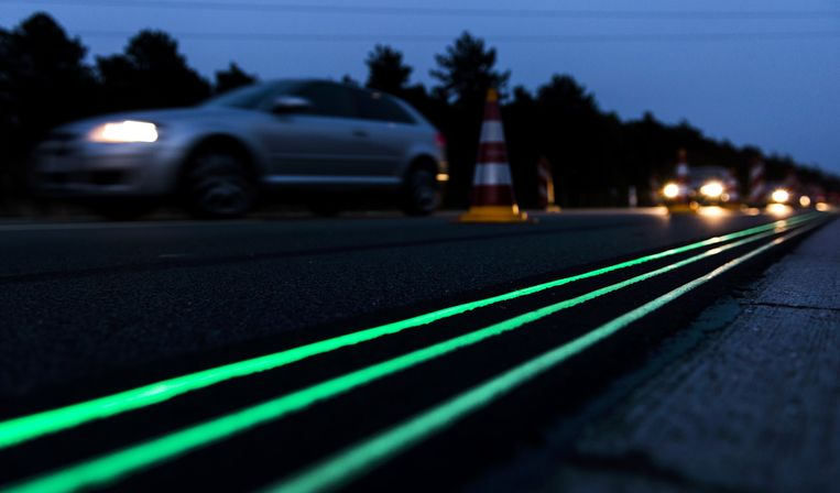 Smart Highway: snelweg met speciale verf die overdag oplaadt en 's nachts licht geeft. Bij gladheid komen lichtgevende sneeuwkristallen in het asfalt. Beeld ANP