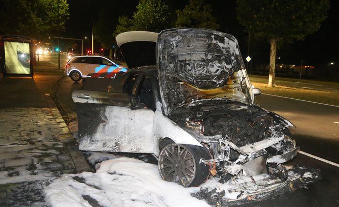 Auto vliegt tijdens het rijden spontaan in brand in Den Bosch.