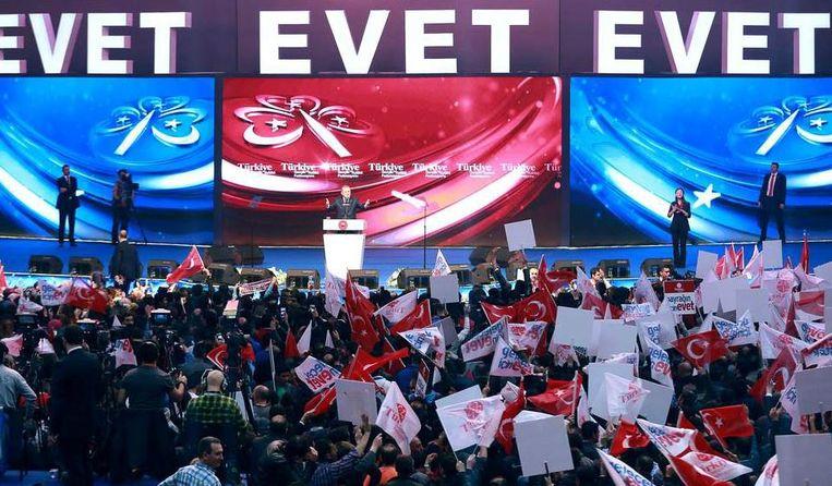 De Turkse president Recep Tayyip Erdogan houdt een speech in Istanbul. Hij wil zijn aanhangers overtuigen voor de grondwetswijziging te stemmen die hem meer bevoegdheden zal geven. Beeld AFP