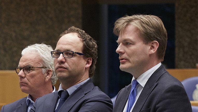 Wouter Koolmees van D66 (midden) en Pieter Omzigt van het CDA (rechts) in de Tweede Kamer. Beeld anp