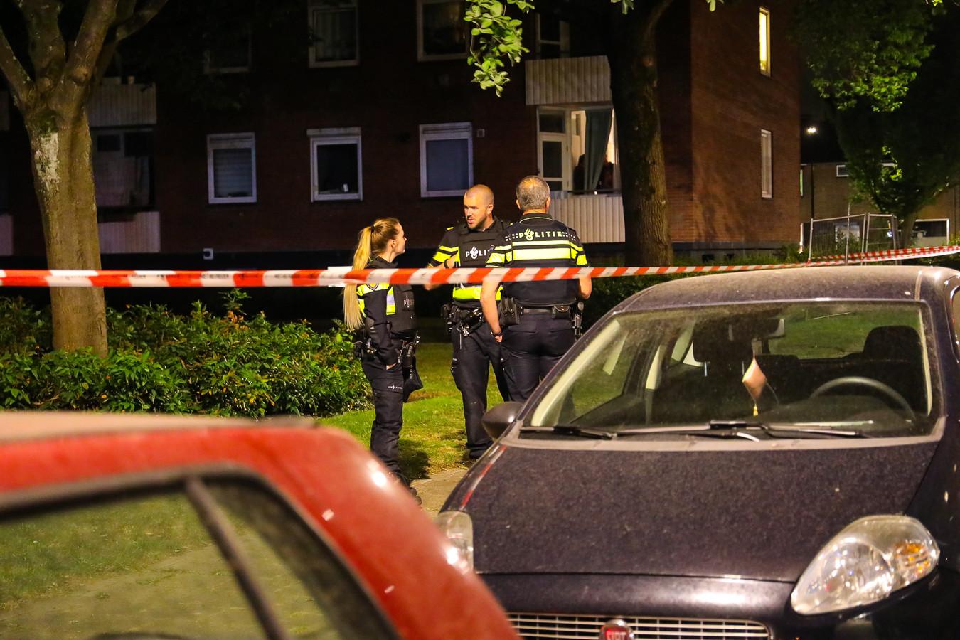 Politieactie in de omgeving van de Kayersdijk in Apeldoorn, nadat een vrouw met een vuurwapen is bedreigd en met pepperspray is bespoten.
