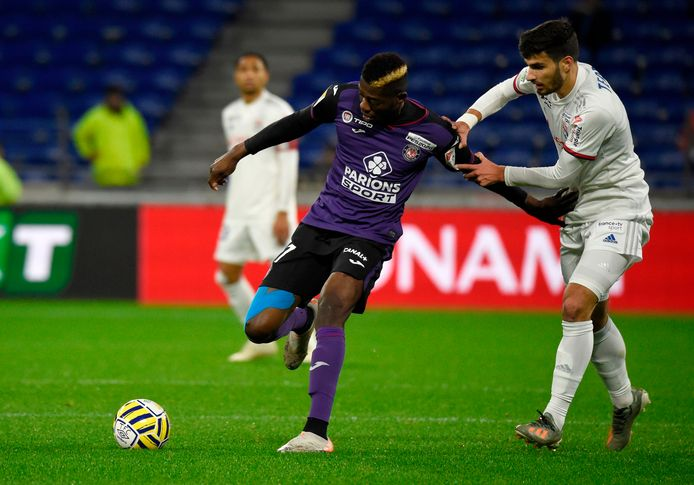 Ibrahim Sangaré (l) namens Toulouse in duel met Lyon-speler Martin Terrier.