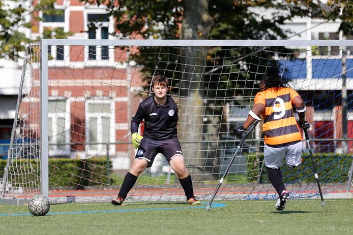 Bredanaar Thijs Kroezen in actie als keeper bij het Nationale team.