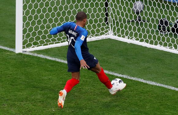 Mbappé legt de 1-0 in een lege kooi.