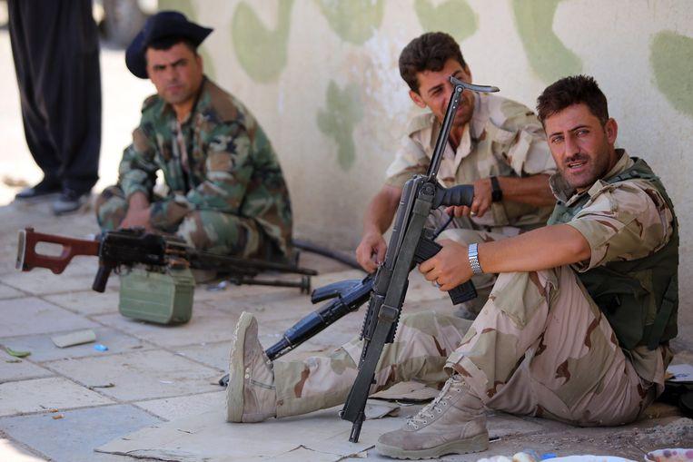 Strijders van het peshmerga-leger rusten uit in Bashiqa. Beeld afp