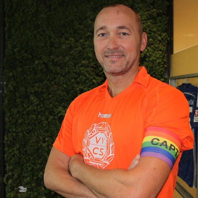 VVCS-voorzitter Danny Hesp met de regenboogband om zijn arm.