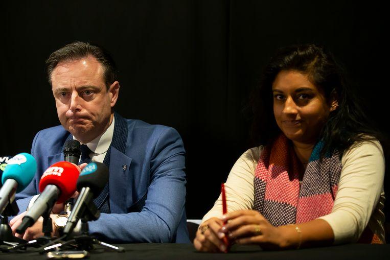 Antwerps burgemeester Bart De Wever en Jinnih Beels (sp.a) bij de voorstelling van de coalitie.