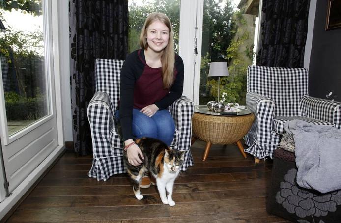 De 22-jarige Kyra van der Sluis uit Sint Jansteen is 'dierenoppas aan huis'.