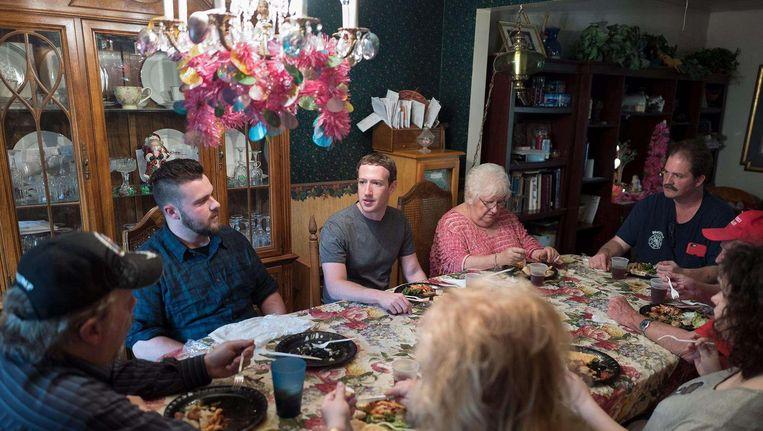 Mark Zuckerberg als 'mystery guest' aan tafel bij de familie Moore in Newton Falls, Ohio, in april vorig jaar. Hij maakte een tour om Trump-stemmers te ontmoeten. Beeld Facebook