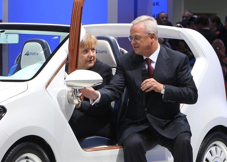 VW-topman Winterkorn (rechts) en Bondskanselier Merkel, op een foto uit 2011. Beeld afp