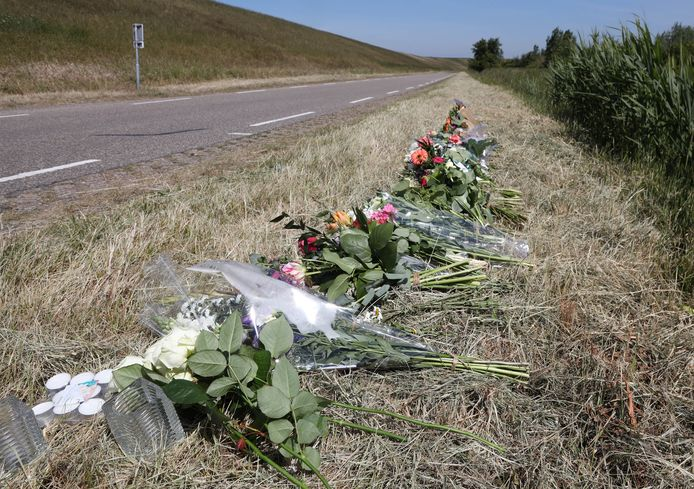 Bloemen op de plek bij Terneuzen waar vorige maand een 17-jarige fietser verongelukte.