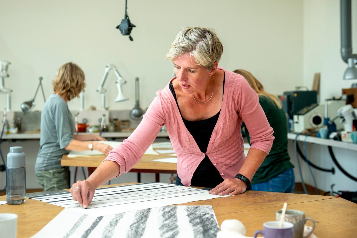 Karin de Boer (47) uit Bemmel, volgt opleiding Beeldende Vormgeving bij de Volksuniversiteit in Arnhem.