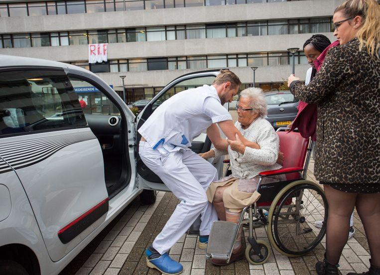 Patiënten verlaten het MC Slotervaart. Het ziekenhuis moest 50 patiënten herplaatsen naar andere ziekenhuizen nadat het eerder failliet verklaard is. Beeld Arie Kievit