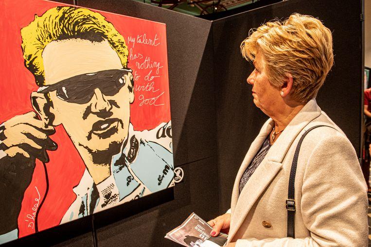 Chantal Vanruymbeke bij een werk van Hannes D'Haese.