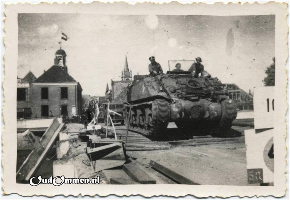Canadese tanks rijden over de Vechtbrug in Ommen.