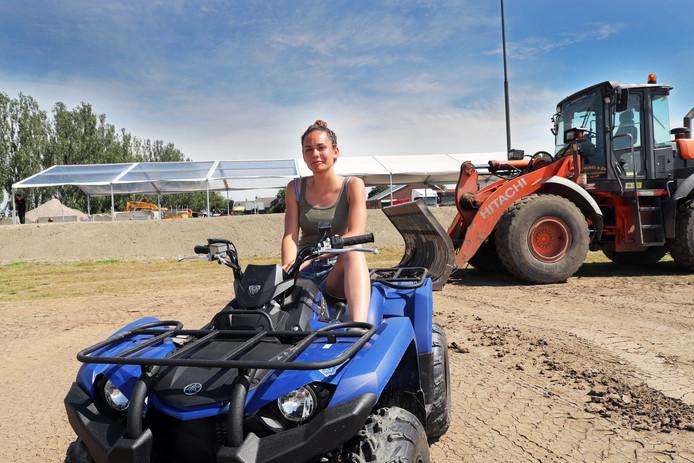 Thessa Luijendijk is op haar quad bezig de Nobel Arena gereed te maken voor de trekkertrek (inzet) van zaterdag.