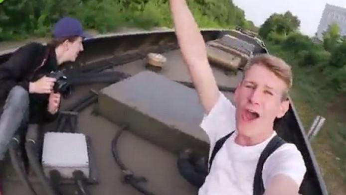 Willem en zijn vriend in de inmiddels beruchte treinstuntvideo.