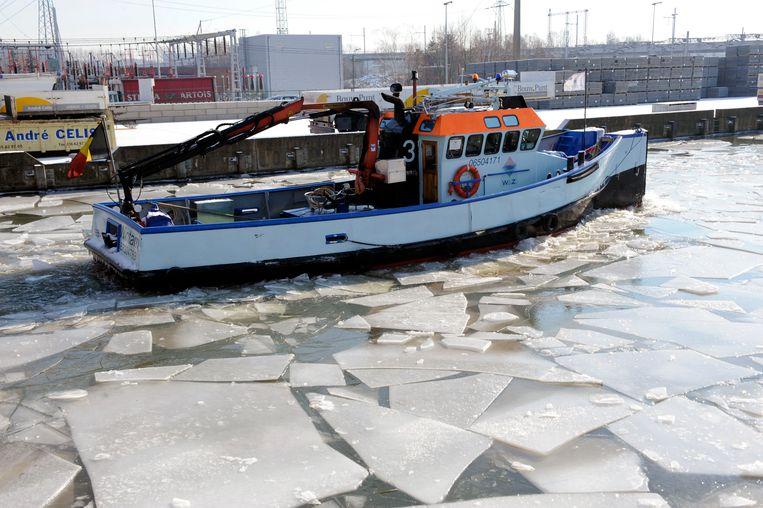 Archiefbeeld: ijsbreker in actie op de Leuvense Vaart